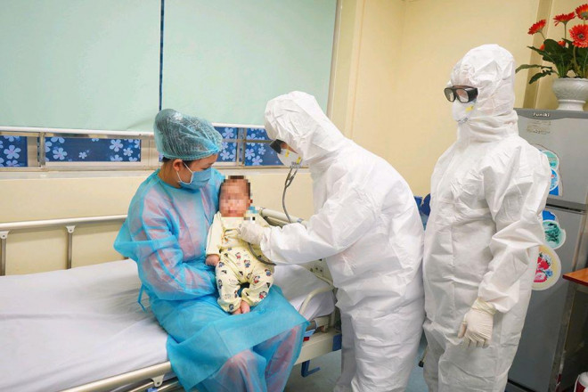 Vì sao mẹ liên tục gần gũi, chăm sóc con 3 tháng tuổi mắc COVID-19 mà không bị lây? - 1