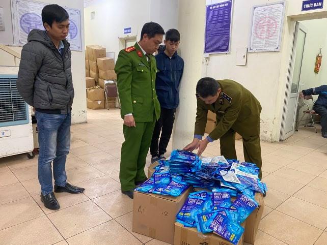 """Hà Nội: Hàng trăm """"thẻ đeo diệt virus corona"""" không rõ nguồn gốc bị bắt giữ - 1"""