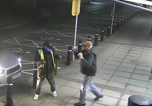 Video: Cụ già gần 80 tuổi đánh nhau với tên cướp có dao nhọn trong tay - 1