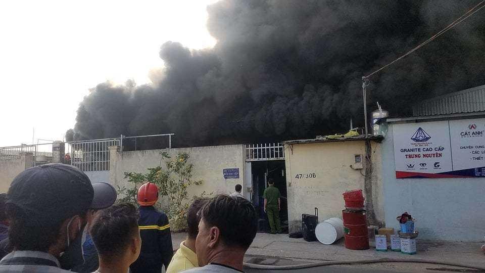 Cháy lớn ở TP.HCM, gần 100 cảnh sát căng mình dập lửa - 1