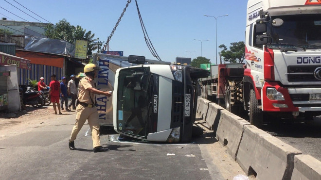 Xe tải tông dải phân cách, văng qua làn đường xe máy gần cầu vượt Sóng Thần - 1