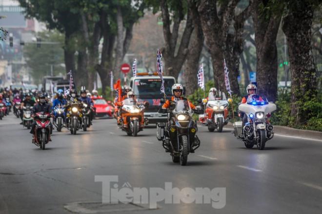 Bắt gặp xe đua F1 diễu hành trên đường phố Thủ đô - 1
