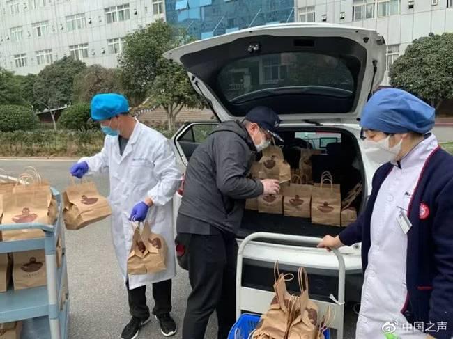 Giữa lúc Vũ Hán bị phong tỏa, một quán cà phê có tênWakanda Youth Coffee ngày ngày cung cấp 500 cốc cà phê miễn phí cho các y, bác sĩ ở bệnh viện. Hành động của họ đã nhận được điều bất ngờ.