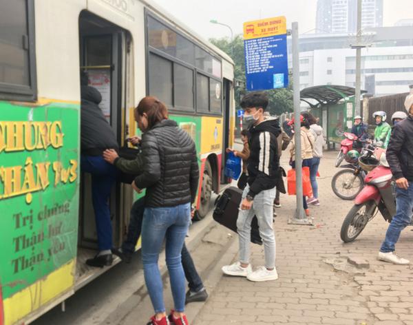 Xe buýt Hà Nội mùa dịch Covid-19: Khách vắng teo, mỗi chuyến chưa đến chục người - 1