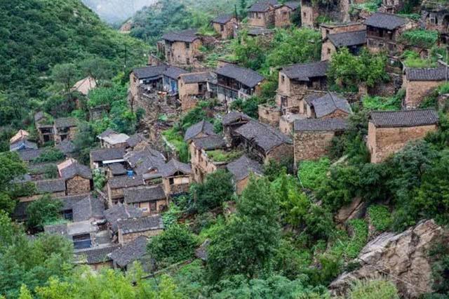 Ngôi làng hàng nghìn năm tuổi chỉ có đúng 15 người già, 3 con chó, 6 con mèo sinh sống - 1