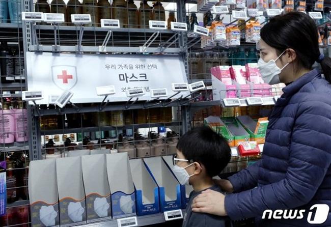 Theo số liệu mới nhất, Hàn Quốc hiện có hơn 700 ca mắc Covid-19. Nhiều người tìm mua khẩu trang để phòng bệnh. Trước đó, ngày4/2/2020, hãng tin Yonhap của Hàn Quốc đưa tin, cơ quan chức năng Hàn Quốc đã phê duyệt các hình phạt cứng rắn hơn đối với việc tích trữ khẩu trang và dung dịch khử trùng tay.