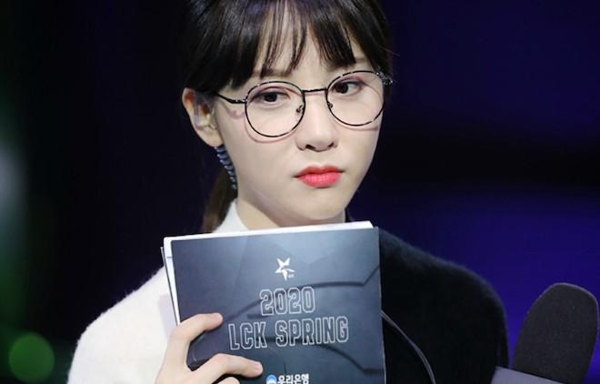 Hàn Quốc: Nữ MC của giải Liên Minh Huyền Thoại phải xét nghiệm Covid-19 - 1
