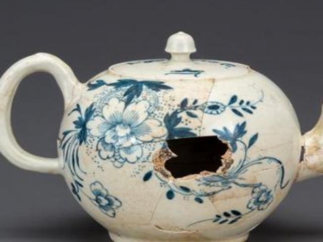 Pha đầu tư siêu lời: Bỏ vài trăm nghìn mua ấm trà cũ nát, ai ngờ là báu vật tiền tỷ