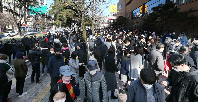Chùm ảnh: Người Hàn xếp hàng dài hơn 1km mua khẩu trang phòng dịch Covid-19 - 6