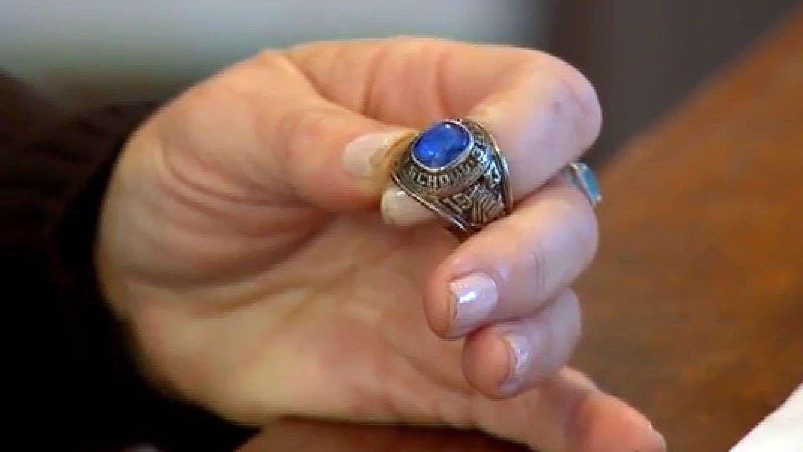 Chiếc nhẫn thất lạc tại Mỹ tình cờ được phát hiện tại Phần Lan sau 47 năm - 1