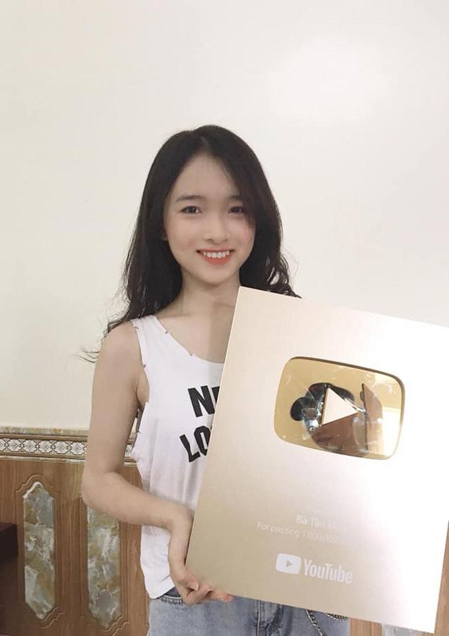 Đào Quỳnh cho hay, vì hâm mộ bà Tân Vlog từ lâu nên đã xuống nhà chơi và xin chụp hình kỷ niệm.