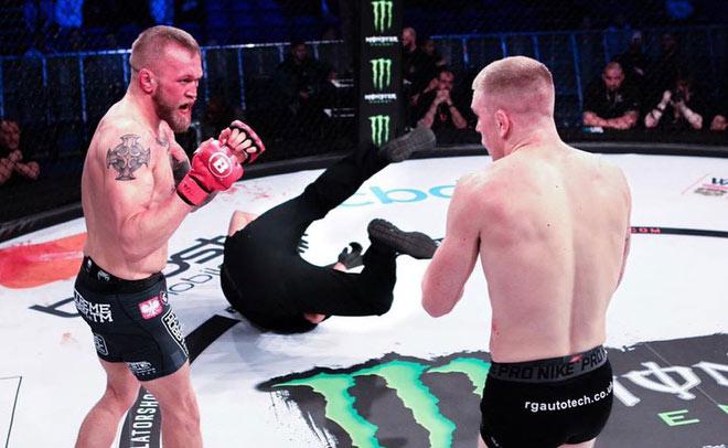 """Báo ứng MMA đến sớm: """"Đo ván"""" trọng tài liền bị đối thủ knock-out - 1"""