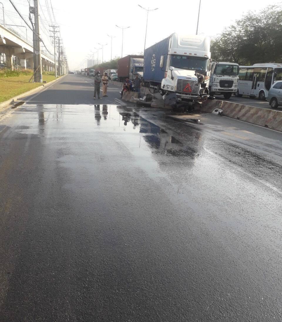 CSGT đội nắng rải cát lên dầu nhớt, dọn đường cho dân đi - 1
