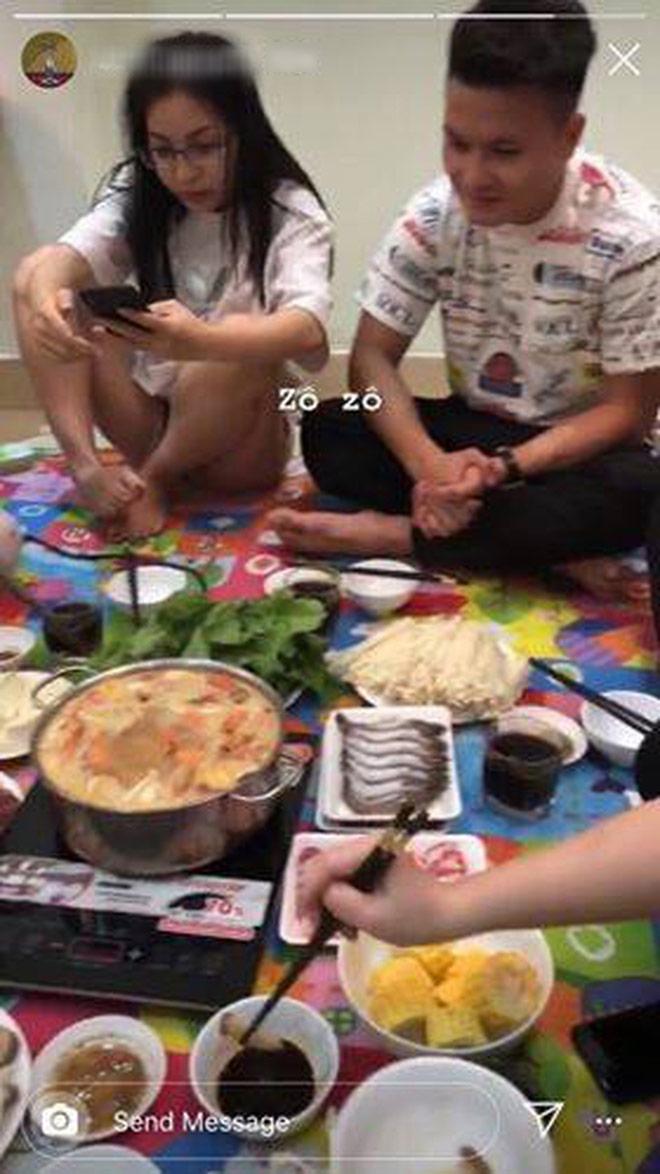 """Nhật Lê lộ hình ảnh tụ tập ăn lẩu ở nhà với Quang Hải, rộ nghi vấn """"yêu lại từ đầu"""" - 1"""