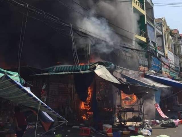 Cháy lớn trong chợ thời trang nổi tiếng Sài Gòn, 6 người kêu cứu giữa biển lửa
