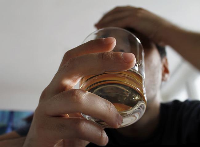 Người đàn ông bị đột quỵ giữa đêm khuya, 4 thói quen tuyệt đối tránh trước khi đi ngủ - 1