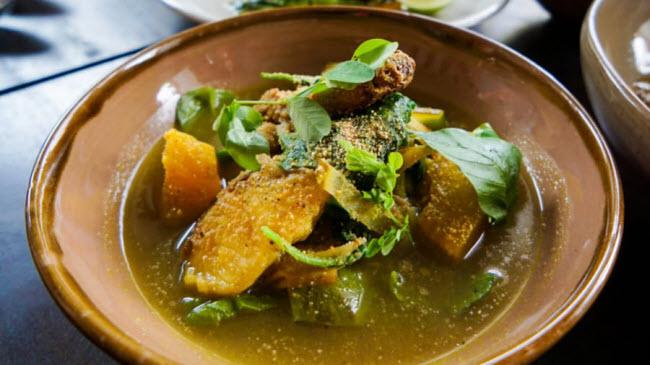 Súp Samlor korkor: Đây được coi là một trong những món ăn quốc gia của Campuchia. Thành phần chính của món súp này là kroeung, bột cá, thịt cá, thịt lợn hoặc thịt gà và rau.