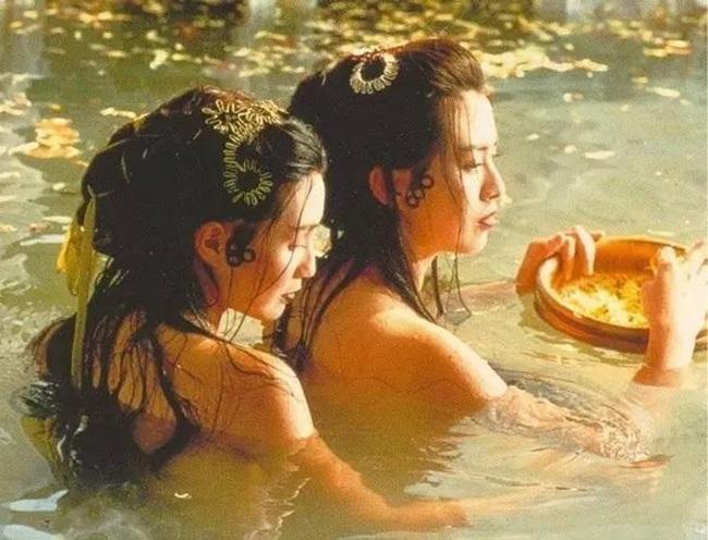 """Trong phim """"Thanh Xà"""", cảnh """"tắm tiên"""" nóng bỏng của Vương Tổ Hiền và Trương Mạn Ngọc là một trong những cảnh gây ấn tượng mạnh với khán giả."""