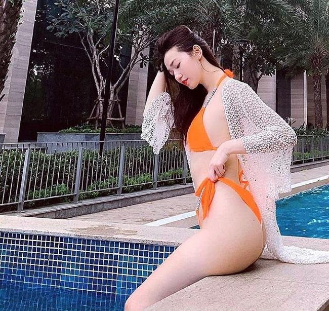 Trên lý thuyết, nhiều người nghĩ rằng mặc áo bên ngoài bikini sẽ làm giảm bớt vẻ gợi cảm của các minh tinh. Tuy nhiên, trên thực tế, đây là một sai lầm. Dạng áo chuyên dụng đi kèm đồ bơi như áo lưới hay áo xuyên thấu đang phát huy tác dụng tôn dáng cực tốt, giúp dàn mỹ nhân trở nên nóng bỏng gấp bội.