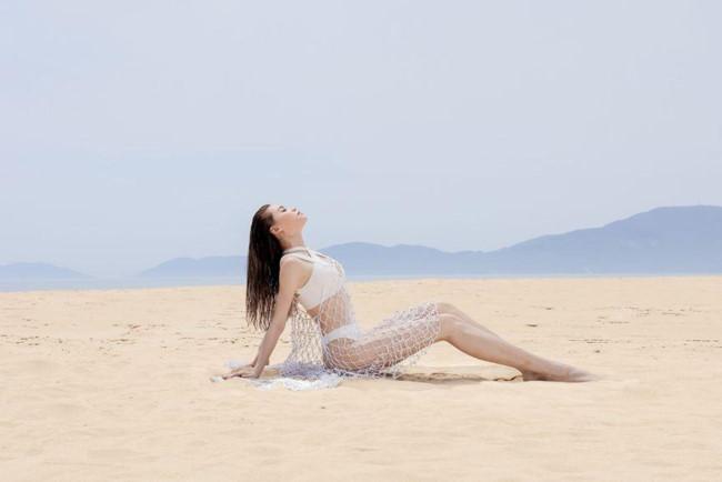 """Hồ Ngọc Hà được ví như """"tiên cá mắc cạn"""" khi mặc áo tắm cùng váy lưới."""