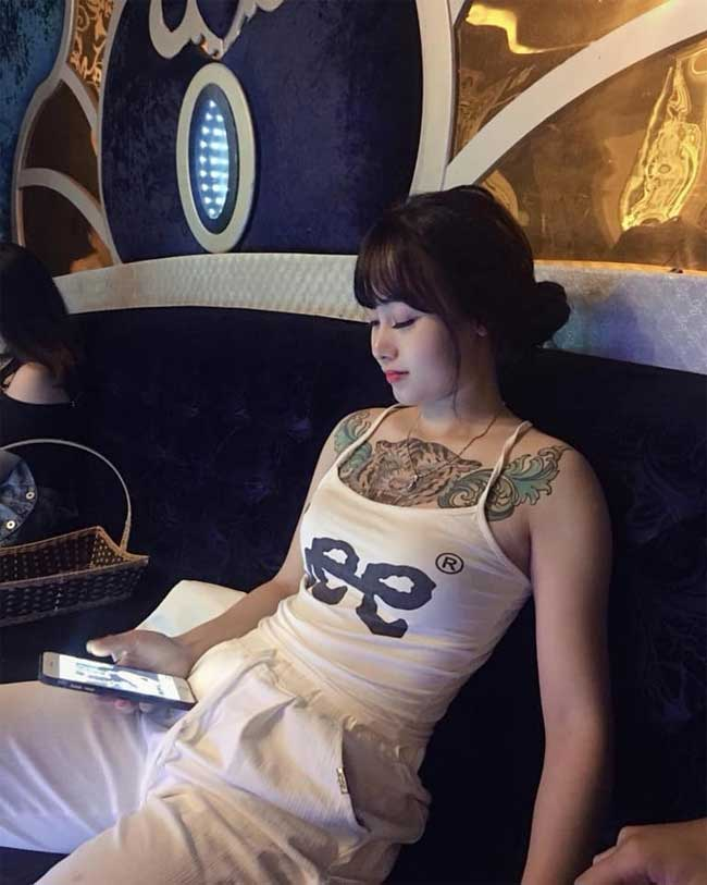 Nguyễn Thị Mai là thợ xăm có khuôn mặt khả ái. Cô cũng sở hữu hình hổ, đại bàng ở ngực và chân.