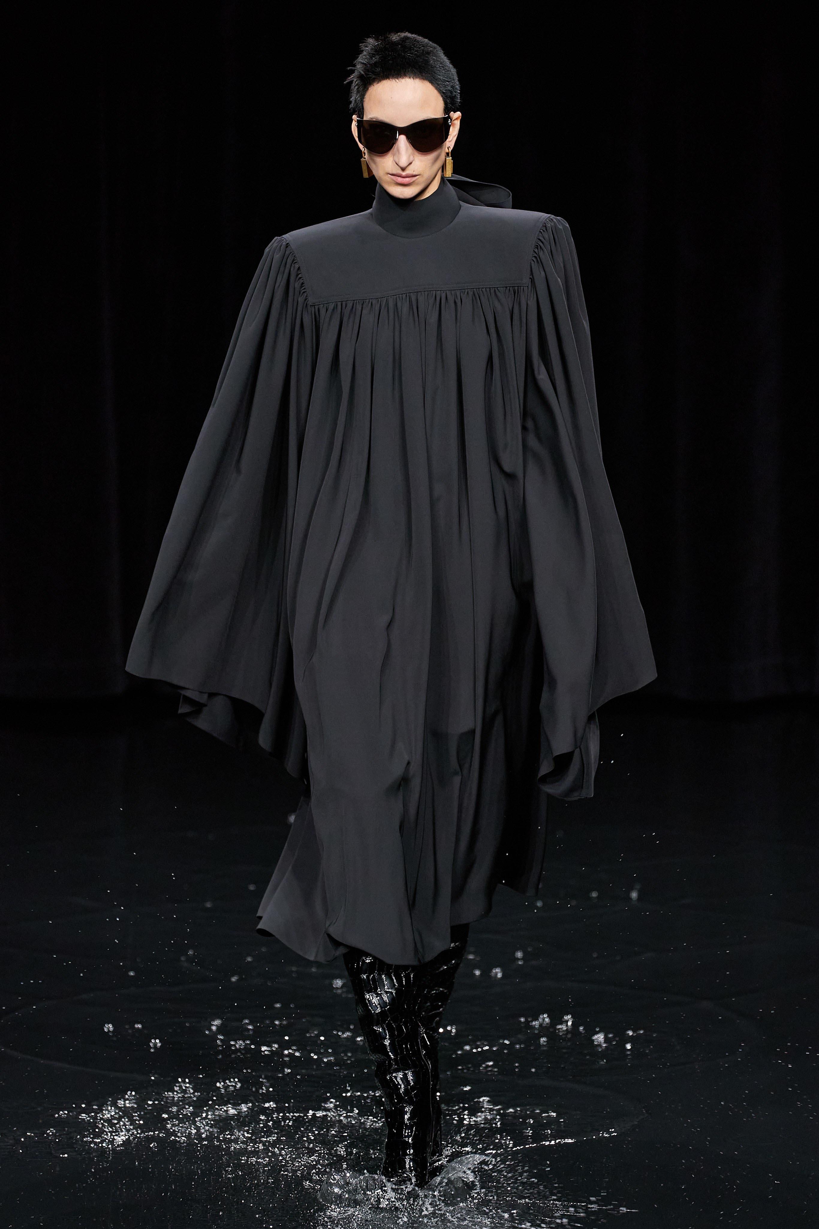 Người mẫu đội đầu thú lên trình diễn thời trang tại Paris Fashion Week - 17