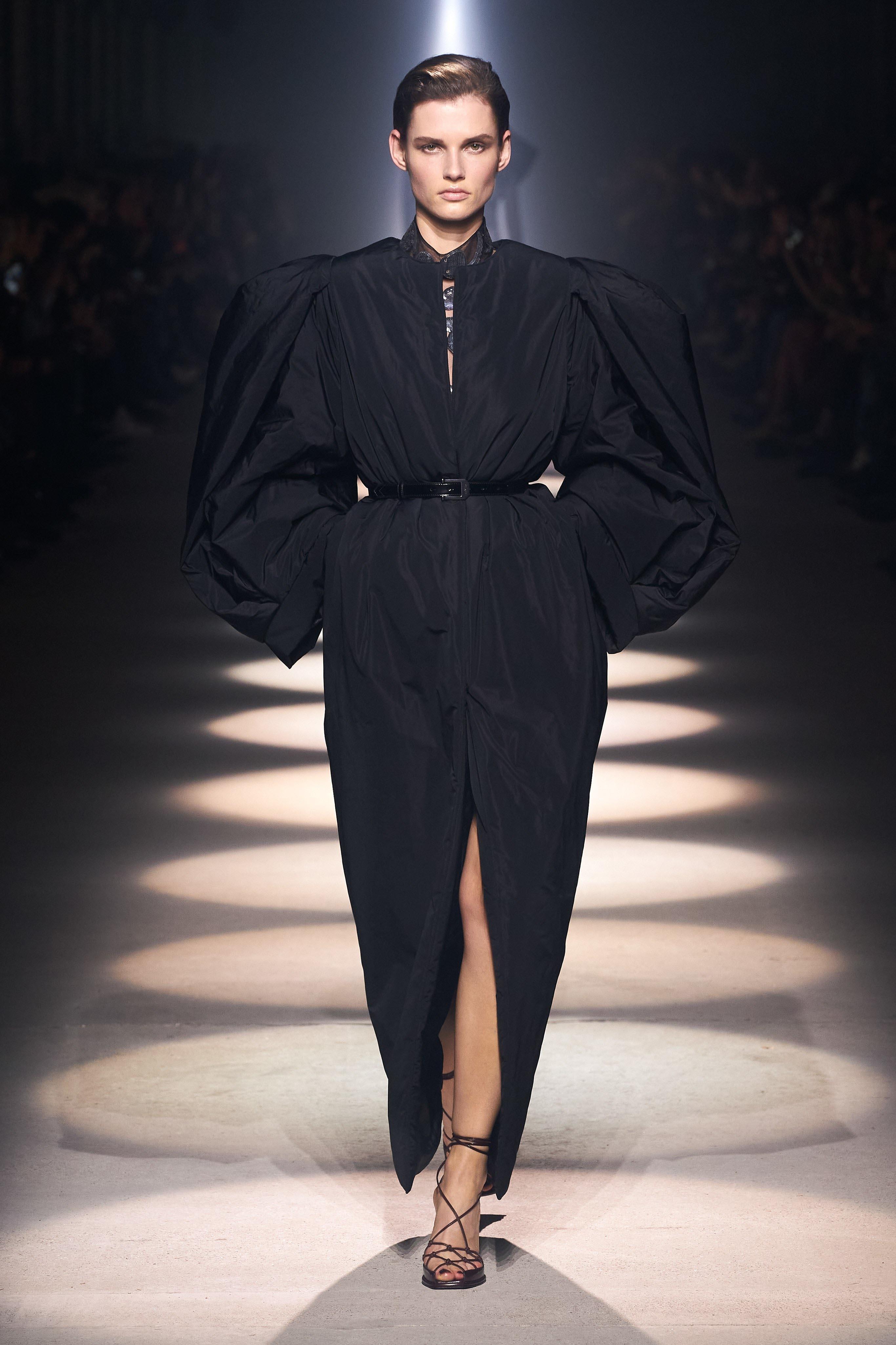 Người mẫu đội đầu thú lên trình diễn thời trang tại Paris Fashion Week - 16