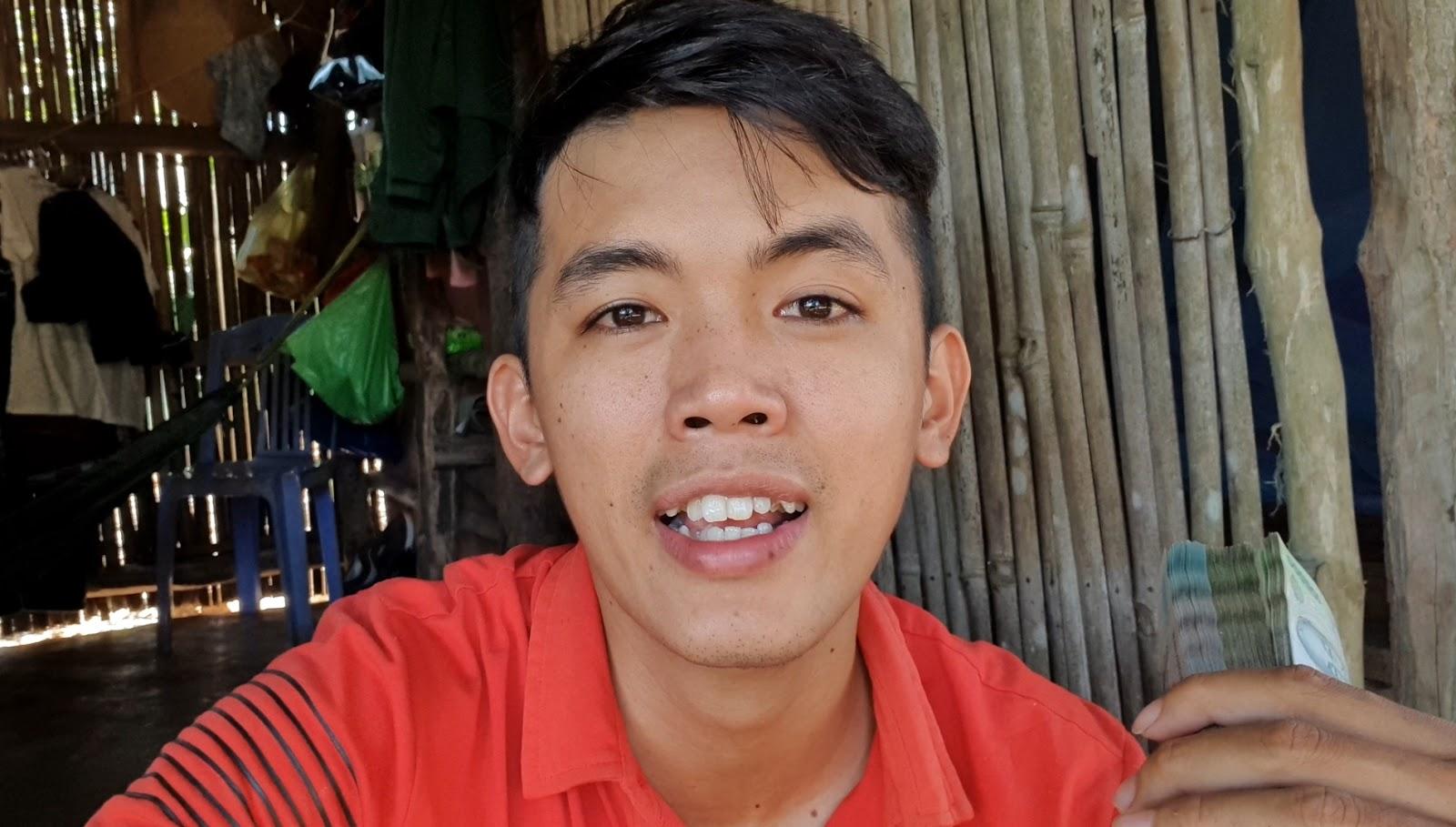 """Chàng phụ hồ là """"YouTuber nghèo nhất VN"""" khoe xấp tiền nhận được từ YouTube gây xôn xao - 1"""