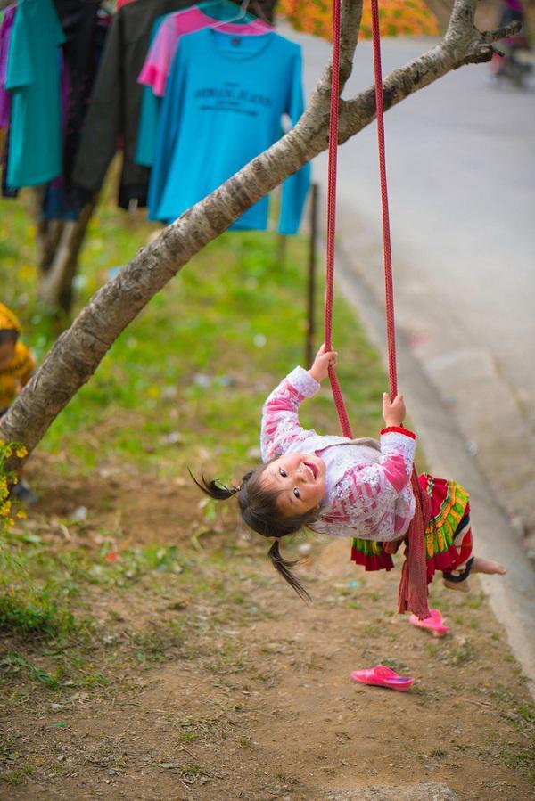 """Dân mạng """"tan chảy"""" với khoảnh khắc cô bé Hà Giang nô đùa, cười rạng rỡ bên bạn bè - 1"""