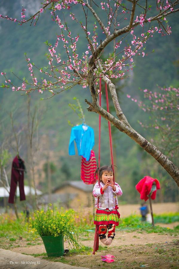 """Dân mạng """"tan chảy"""" với khoảnh khắc cô bé Hà Giang nô đùa, cười rạng rỡ bên bạn bè - 6"""