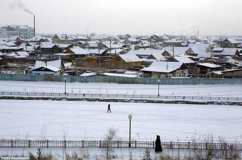 Ở thị trấn lạnh nhất thế giới, người dân sinh sống thế nào? - 1