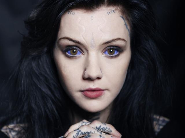 Nữ người mẫu trẻ nổi tiếng với màu mắt ấn tượng