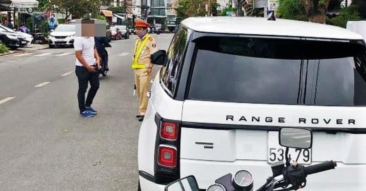 Tự lắp biển số vào xe sang, tài xế bị phạt 22,5 triệu đồng - 1