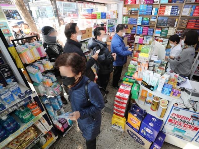 """Thiếu khẩu trang bán cho dân, Hàn Quốc ra quy định """"lạ đời"""""""