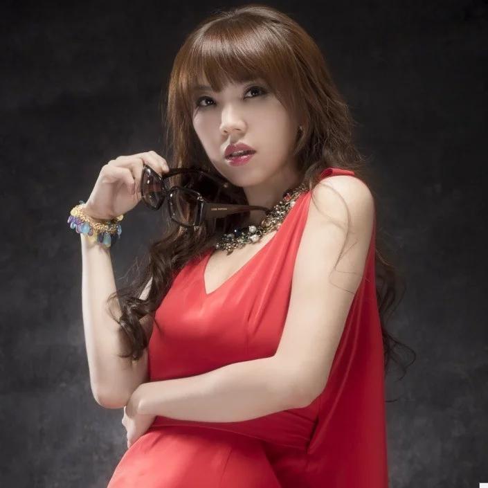 Nữ ca sĩ Đài Loan khóc nức nở vì không được cha ruột thừa nhận - 1
