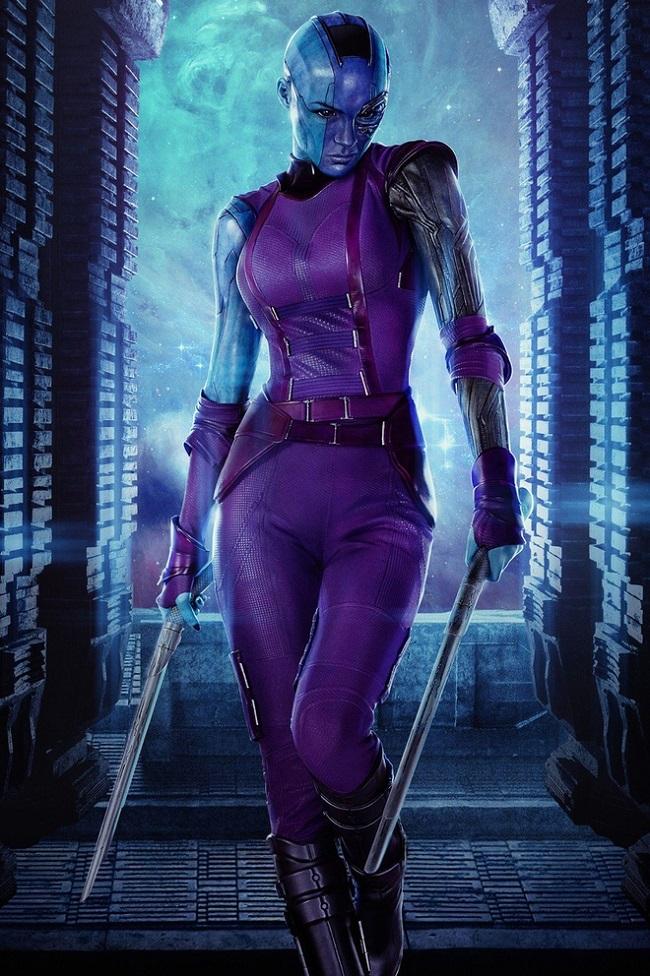 """Trong loạt phim """"Guardians of the Galaxy"""" và """"Avengers"""", Nebula - con gái nuôi của Thanos do người đẹp Karen Gillan thủ vai, gây ấn tượng với tạo hình nửa người, nửa robot, có đầu trọc và làn da xanh đáng sợ."""