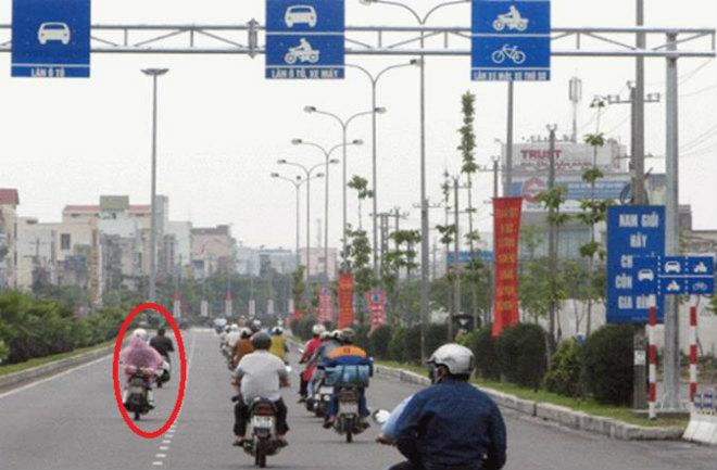 Đi xe máy sai làn đường, đi lên vỉa hè sẽ bị phạt cao nhất đến 600.000 đồng - 1