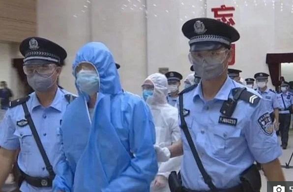 Trùm băng đảng Trung Quốc ra tòa giữa dịch Covid-19 với bộ dạng khác lạ - 1