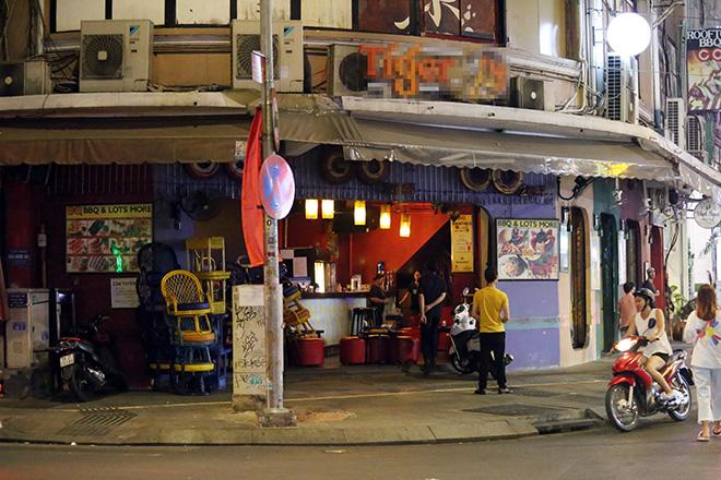Ảnh: Quán nhậu, tiệm massage ở phố đi bộ Bùi Viện đóng cửa để phòng dịch Covid-19 - 1