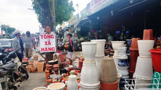 Ki-ốt quanh sân bay Tân Sơn Nhất hối hả xả hàng, trả mặt bằng - 7
