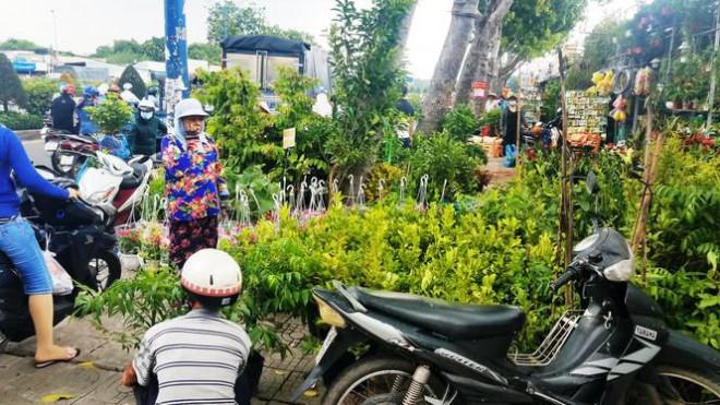 Ki-ốt quanh sân bay Tân Sơn Nhất hối hả xả hàng, trả mặt bằng - 9