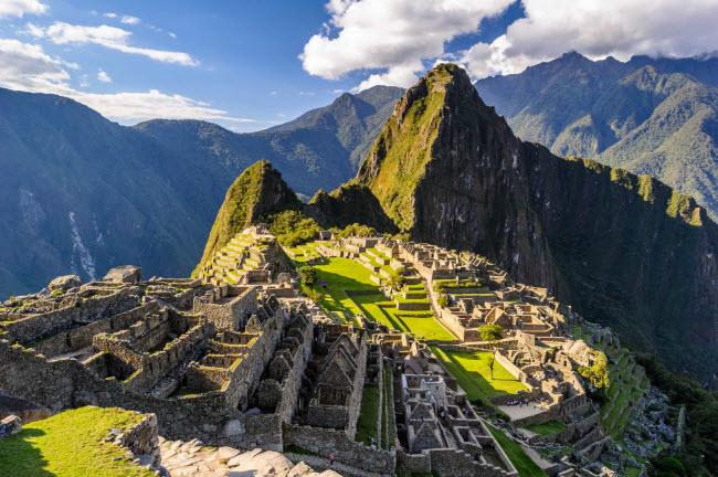 Điểm đến nổi tiếng nhất ở Peru là tàn tích Machu Picchu được những người Inca xây dựng từ thế kỷ thứ 15. Để tới đây, du khách phải đi bộ đường dài trong 4 ngày hoặc di chuyển bằng tàu hỏa. Ngoài ra, bạn có thể chiêm ngưỡng kiến trúc thuộc địa Tây Ban Nha ở thành phố Cusco.