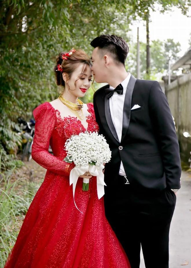 Không có điều kiện thuê nhiều váy cưới, chú rể nghĩ cách để cô dâu vẫn đẹp rạng ngời - 1