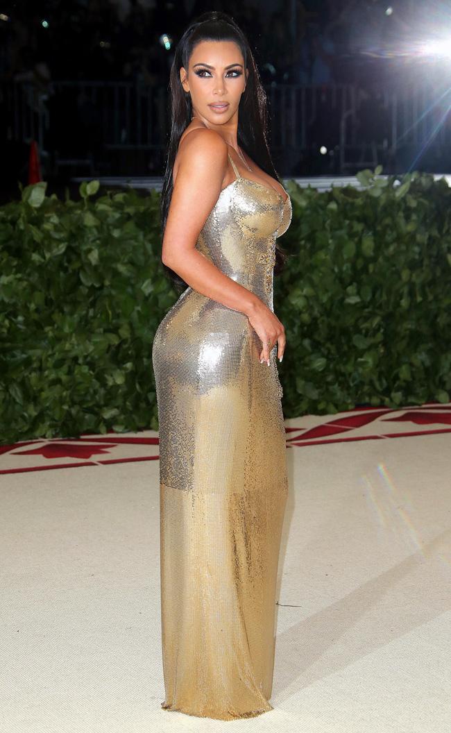 Đầu năm 2010, chàng cầu thủ NFL Reggie Bush từng thổ lộ lý do anh chia tay Kim Kardashian là do bị sốc nặng vì phát hiện tin nhắn hẹn hò đến khách sạn, thậm chí có cả những bức ảnh rất nhạy cảm của cô bồ nóng bỏng này cùng Kayne West.