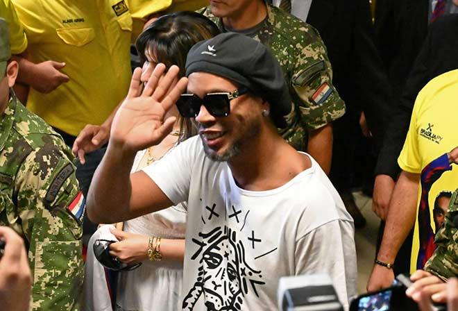 Ronaldinho sầu não trong tù: Kiện cáo chồng chất, Barcelona ghẻ lạnh - 1