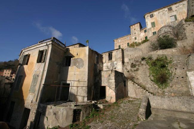 Balestrino, Italia: Thị trấn bỏ hoang ở Liguria cách thành phố Genoa khoảng 70 km về phía tây nam. Do động đất và những bất ổn về địa chất, các cư dân cuối cùng đã rời bỏ thị trấn vào những năm 1950.