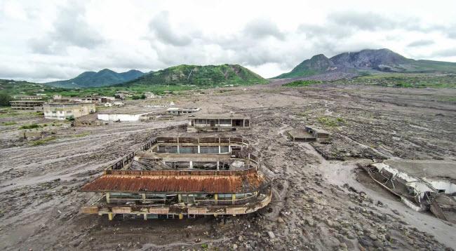 Plymouth, Montserrat: Từng là thủ đô trên đảo quốc Montserrat, nhưng thị trấn Plymouth đã bị bỏ hoang hoàn toàn vào năm 1997, sau khi nó bị nhấn chìm một phần bởi dung nham núi lửa vào năm 1995.