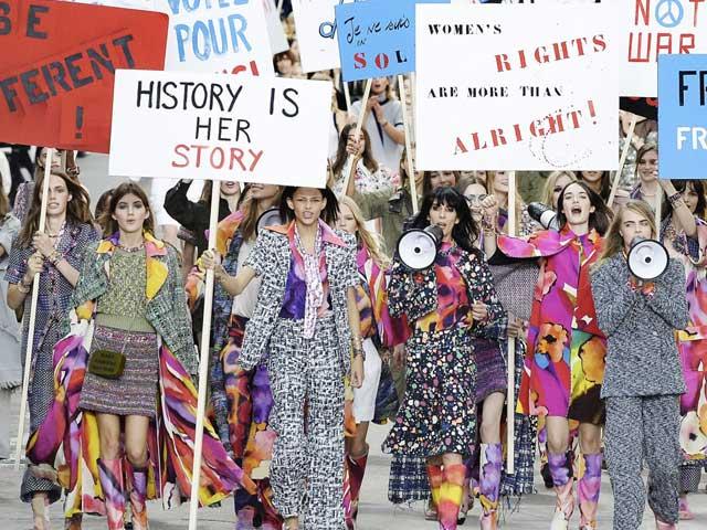"""Lỗi nào ở cái áo, cái quần khi phụ nữ """"nữ quyền"""" trong thời trang"""