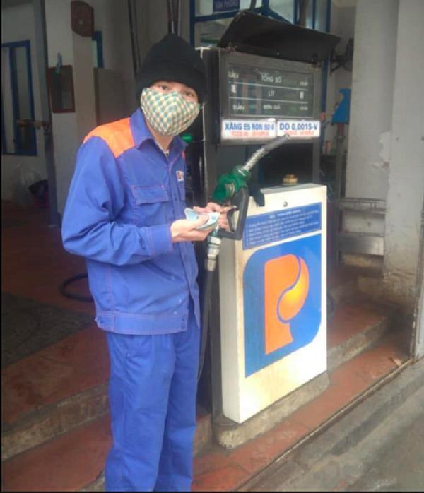 Khách lạ quên mang tiền, nhân viên cây xăng đưa ra lời đề nghị xúc động vô cùng - 1
