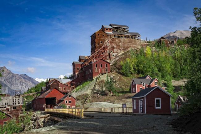 Kennecott, Mỹ: Thị trấn mỏ được thành lập vào năm 1911 trước khi trở nên hoang phế vào năm 1938 khi đoàn tàu cuối cùng rời khỏi đây. Ngày nay, thị trấn trở thành một trong những địa điểm du lịch hấp dẫn ở bang Alaska.